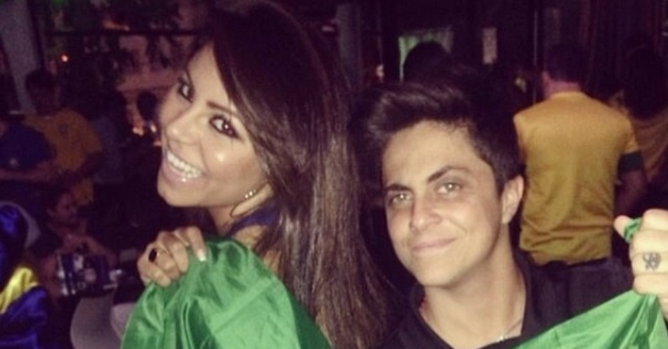 23.jun.2014 - Andressa Ferreira posta foto ao lado da namorada Thammy Miranda torcendo pelo Brasil
