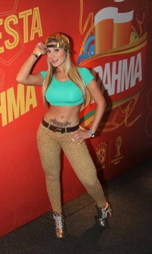 23.jun.2014 - Andressa Urach deixou a barriga de fora para torcer pela seleção contra Camarões no camarote da Brahma em São Paulo