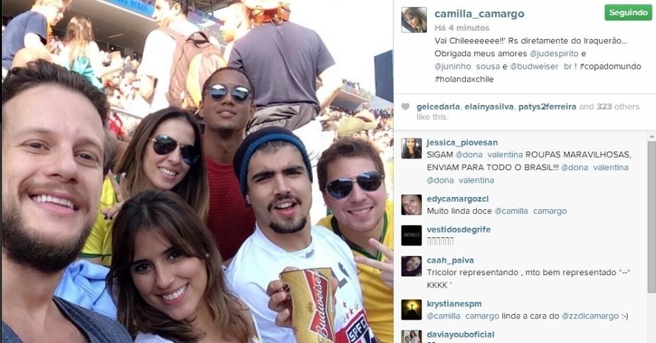 23.jun.2014 - Camilla Camargo assiste ao jogo de Chile e Holanda com Caio Castro e amigos no Itaquerão, em São Paulo.