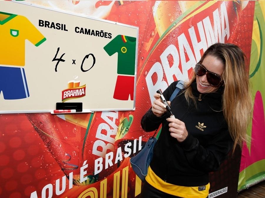23.jun.2014 - Esperançosa, Danielle Winits acredita que o Brasil vai mandar o time de Camarões para casa com uma goleada de 4 a 0