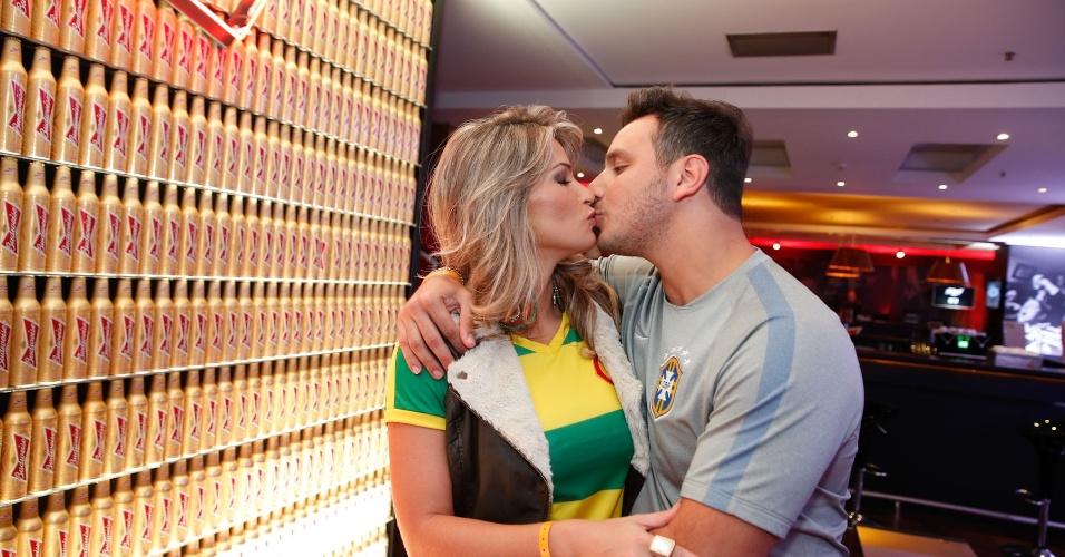 23.jun.2014 - Ex-BBB Fani Pacheco beija o namorado Leandro Fernandes em festa do jogo do Brasil