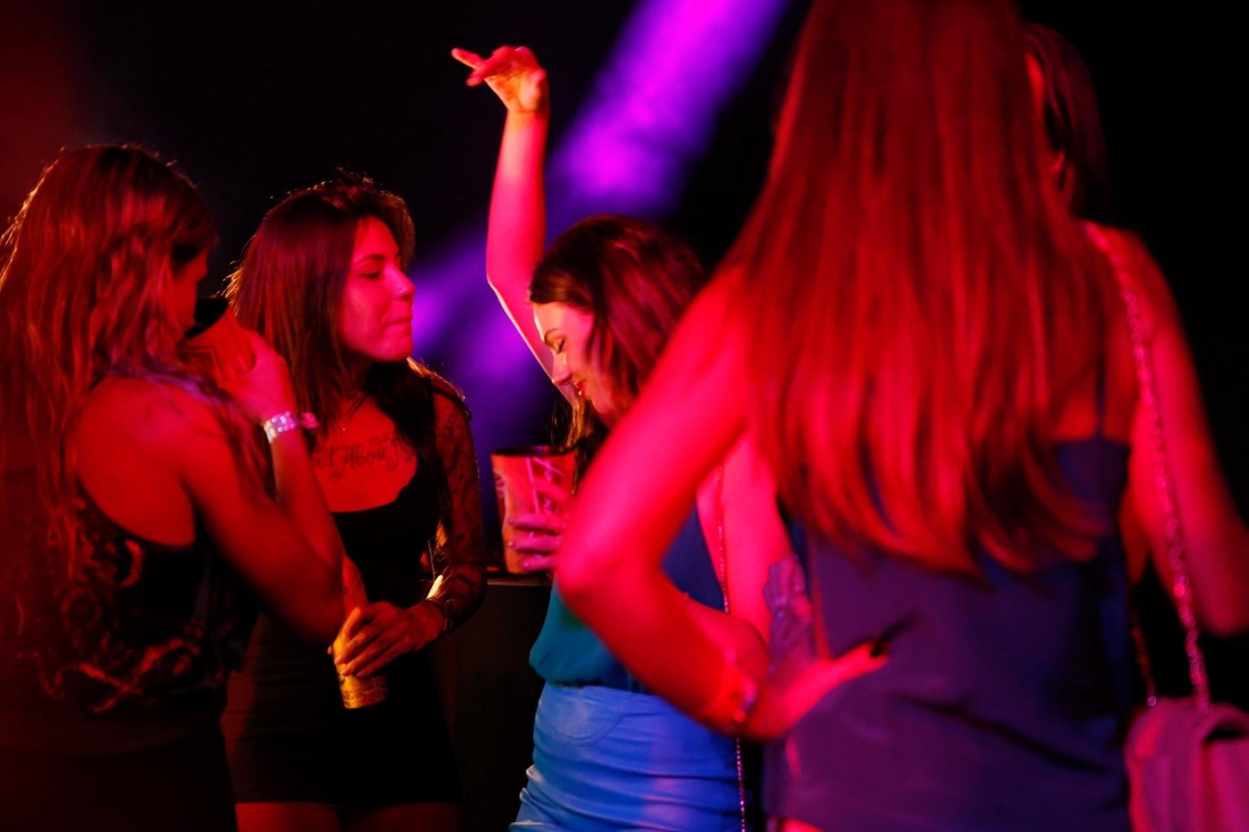 23.jun.2014 - Isis Valverde se diverte na pista de dança do Hotel Bud, no Rio de Janeiro, onde acompanhou Braxil x Camarões