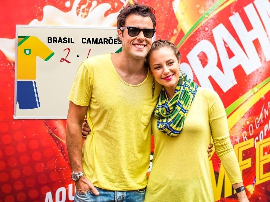 23.jun.2014 - Joaquim Lopes e Paolla Oliveira posam para foto. O casal aposta em um placar de 2 a 1 a favor do Brasil em jogo contra Camarões