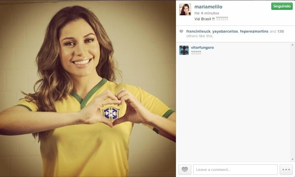 23.jun.2014 - Maria Melilo veste a camisa do Brasil e faz coração na torcida pela Seleção no jogo contra Camarões: