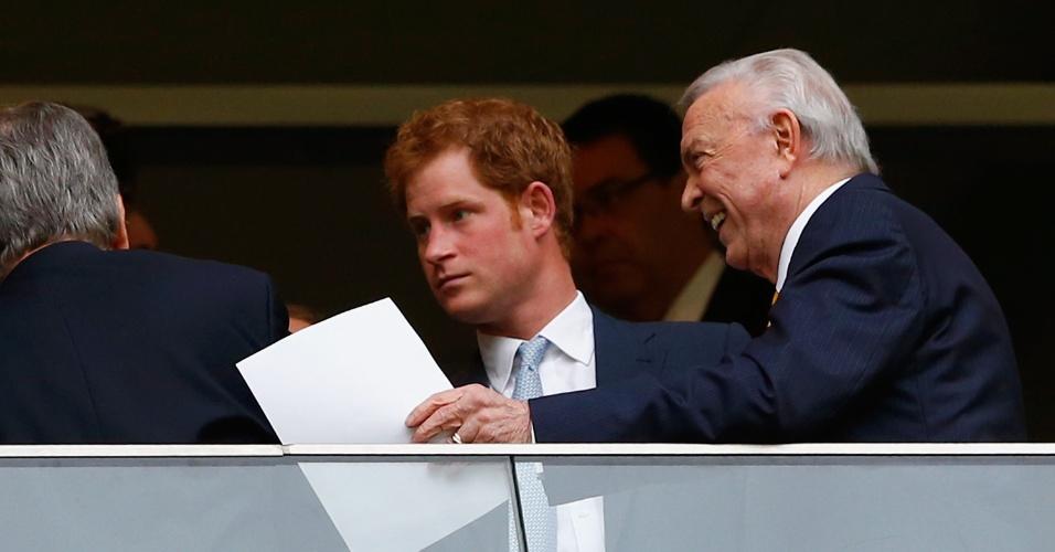 23.jun.2014 - Príncipe Harry é recebido pelo presidente da CBF, Jose Maria Marin, em camarote do jogo Brasil x Camarões, no Estádio Nacional, em Brasília