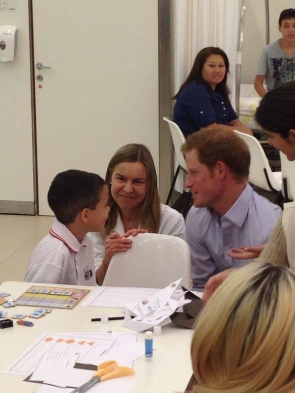 23.jun.2014 - Príncipe Harry fala com menino no hospital e centro de reabilitação Sarah, no Lago norte, em Brasília