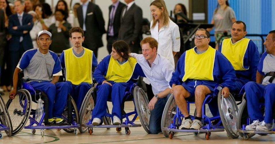 23.jun.2014 - Príncipe Harry posa com pacientes do hospital e centro de reabilitação Sarah, no Lago norte, em Brasília