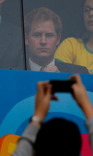 23.jun.2014 - Torcedor tira fotos do Príncipe Harry em camarote para ver Brasil x Camarões, no Estádio Nacional, em Brasília