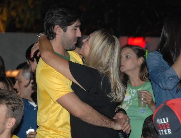 http://imguol.com/c/entretenimento/2014/06/24/2362014--susana-vieira-e-sandro-pedroso-assistem-jogo-do-brasil-e-camaroes-em-clima-de-romance-no-hotel-tivoli-sao-paulo-1403633704671_615x470.jpg
