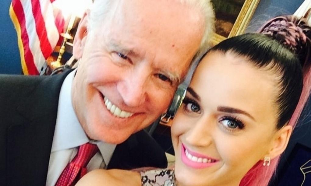 24.jun.2014 - A cantora Katy Perry fez uma selfie com Joe Biden, vice-presidente dos Estados Unidos, e disse que recebeu elogios.
