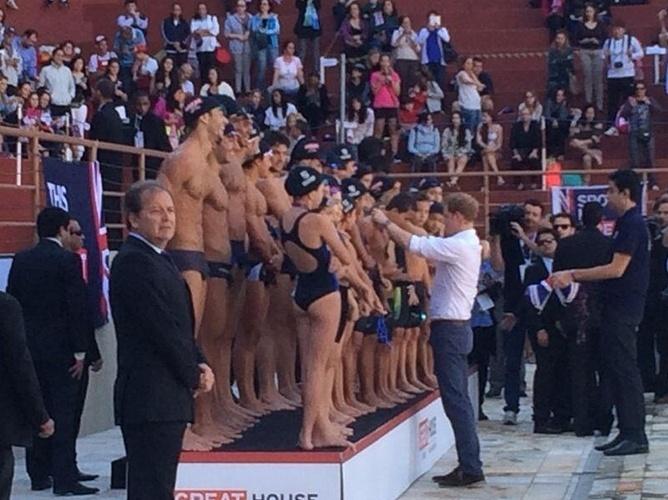 24.jun.2014 - Ao lado de César Cielo, Príncipe Harry entrega medalhas a atletas de natação do Minas Tênis Clube, em Belo Horizonte