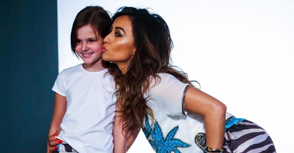 24.jun.2014 - Com um shortinho e uma blusa, Sabrina Sato beija modelo durante ensaio para uma campanha publicitária de uma marca de roupas feminina, em São Paulo