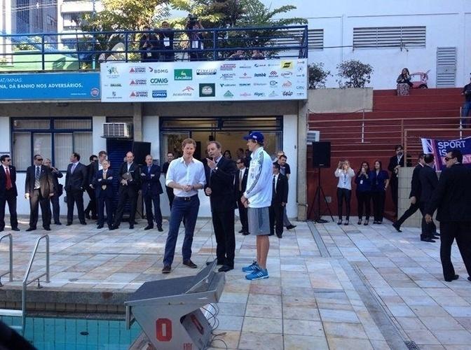 24.jun.2014 - Príncipe Harry é recebido pelo nadador César Cielo e por Carlos Rocha, diretor de natação do Minas Tênis Clube, em Belo Horizonte