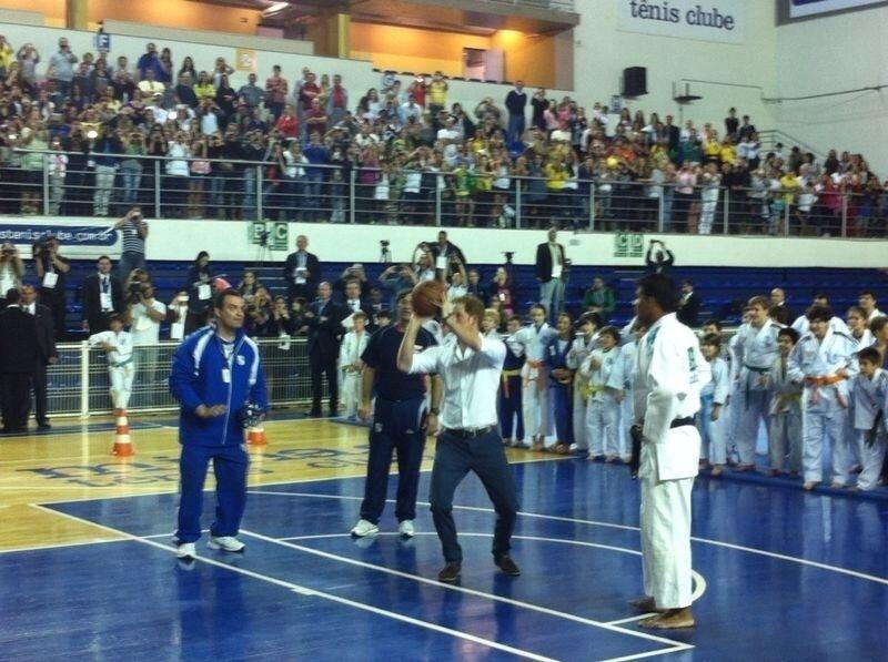 24.jun.2014 - Príncipe Harry joga basquete no Minas Tênis Clube, em Belo Horizonte. Esse é o segundo dia da visita do filho mais novo de Charles e Diana ao Brasil