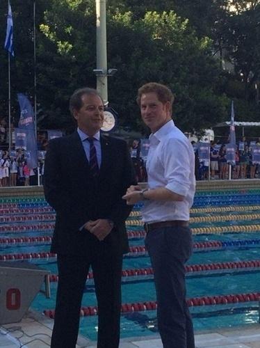 24.jun.2014 - Príncipe Harry posa com Carlos Rocha, diretor de natação do Minas Tênis Clube, no local, que fica em Belo Horizonte