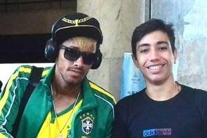 S  Sia De Neymar Posa   F   Do Jogador Em Aeroporto Do Rio