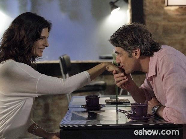 Cadu dá um beijo na mão de Verônica