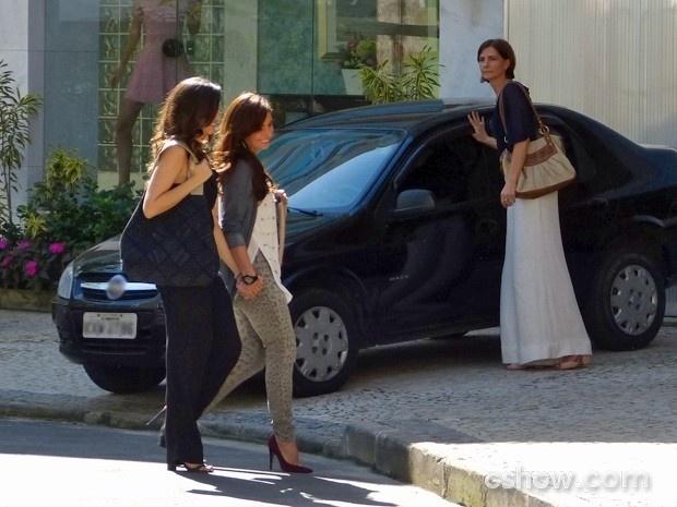 Em Familia Clara e Marina passeam pelas ruas de mãos dadas