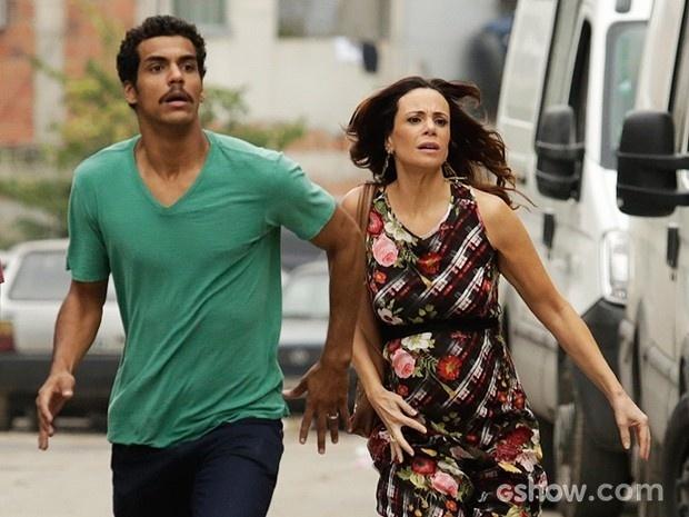 Jairo e Juliana correm para chegar à casa em chamas