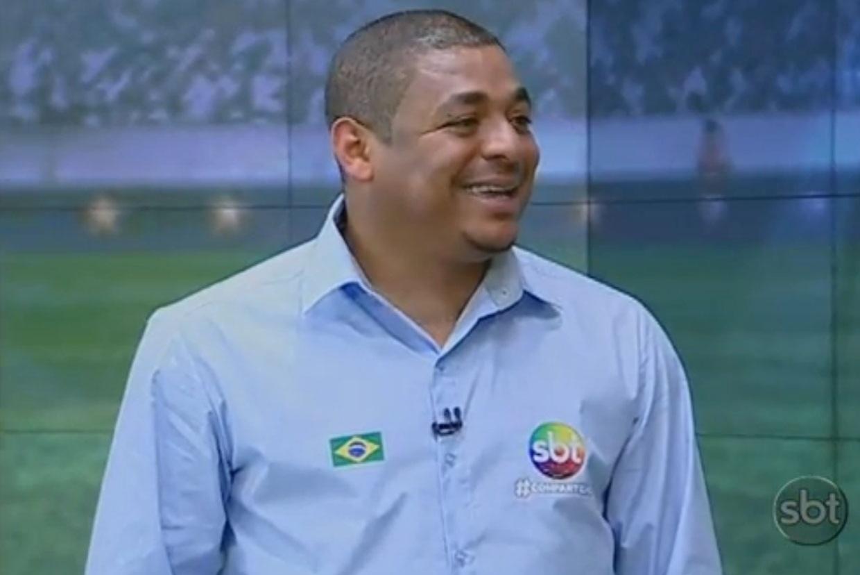Jun.2014 - Ex-jogador Vampeta é comentarista de futebol no SBT durante a Copa do Mundo