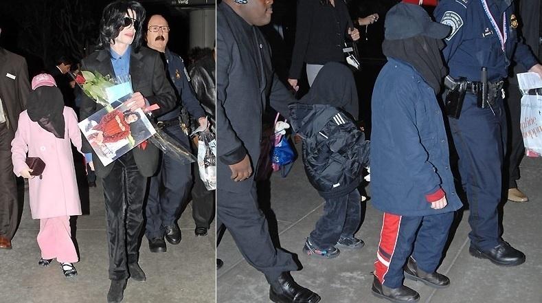 Michael Jackson e seus três filhos são fotografados no aeroporto de Los Angeles retornando aos Estados Unidos após duas semanas de viagem ao Japão e à Inglaterra (21/3/2007)