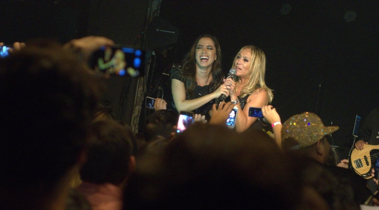 24.jun.2014 - Susana Vieira toma o microfone de Anitta durante o show realizado no Club A, na zona sul de São Paulo
