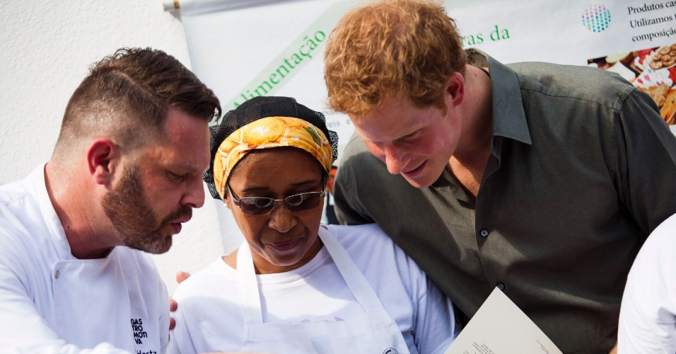 25.jun.2014 - No terceiro dia de visita ao Brasil, Príncipe Harry conhece o Programa de Recuperação Sócio-Ambiental da Serra do Mar, em Cubatão (SP). Na comunidade, ele conversou com moradores e conheceu projetos sociais de arte e culinária