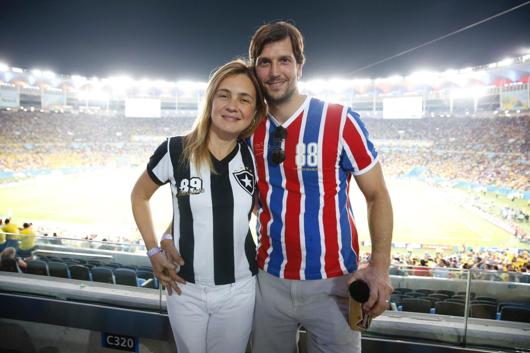 25.jun.2014 - Vestindo a camisa do Botafogo, Adriana Esteves posa ao lado do marido Vladimir Brichta, com a camisa do Bahia, no Maracanã. O casal acompanhou o jogo entre Equador e França pela Copa do Mundo no estádio