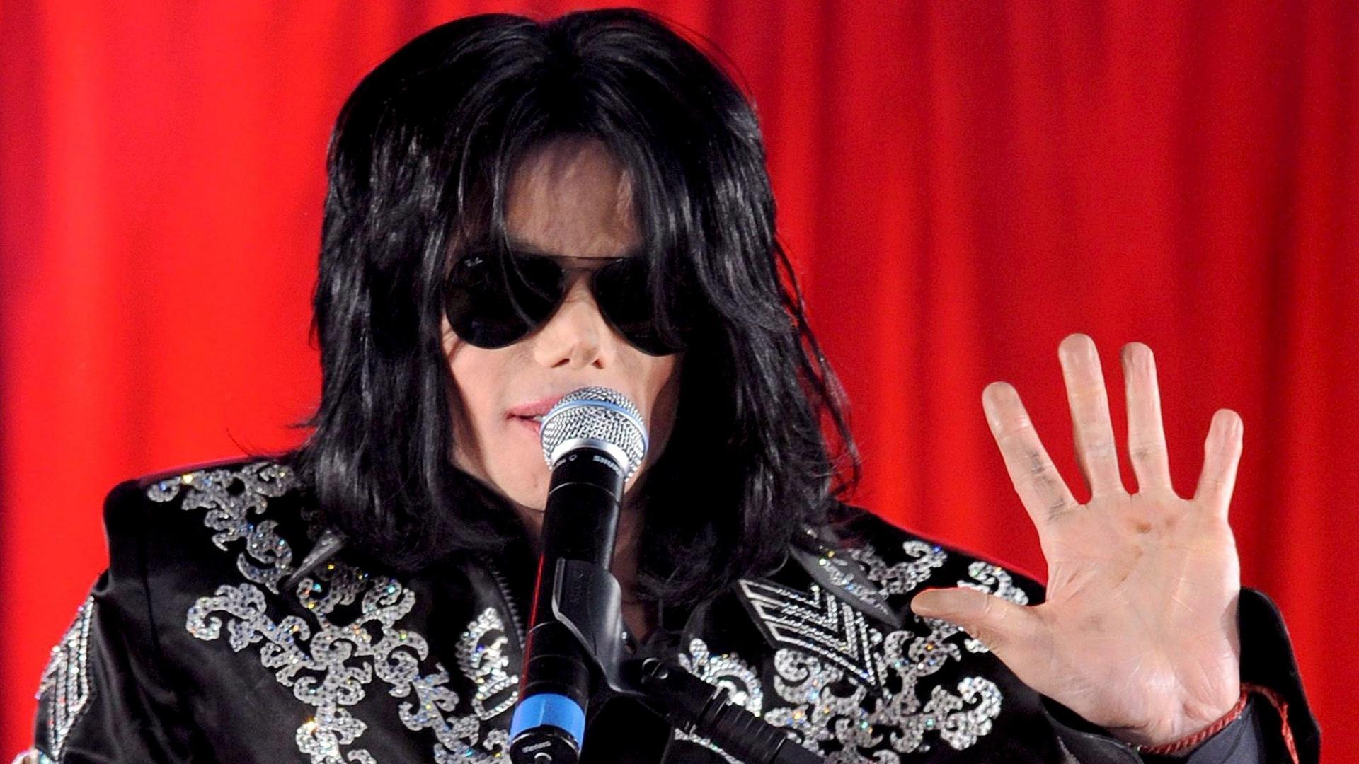 4.mar.2009 - O cantor Michael Jackson anuncia série de shows em Londres, meses antes de morrer
