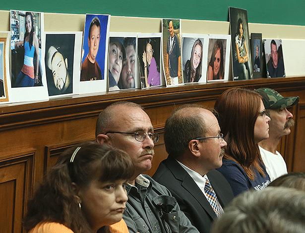 Familiares de vítimas durante depoimento da CEO da GM Mary Barra, em 18 de junho