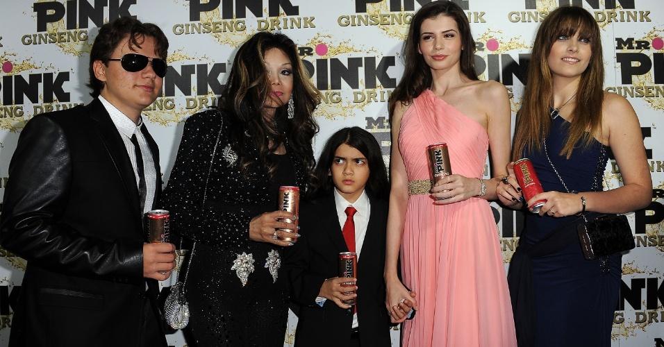 Prince Michael Jackson, LaToya Jackson, Blanket Jackson, Monica Gabor e Paris Jackson em uma festa de lançamento do Mr. Pink Ginseng Drink em Beverly Hills, California, nos Estados Unidos, em outubro de 2012