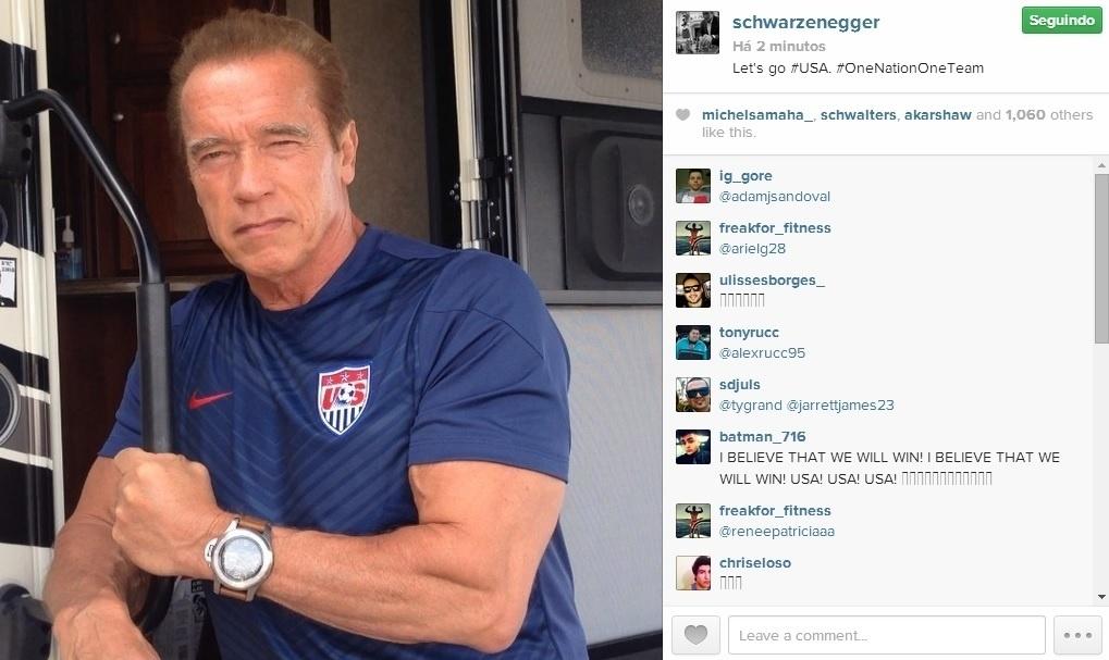 26.jun.2014 - Arnold Schwarzenegger vestiu a camisa dos Estados Unidos para desejar boas vibrações ao time no jogo contra a Alemanha nesta quinta na Arena Pernambuco, em Recife.
