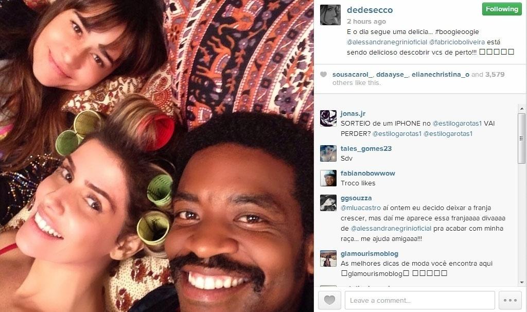 26.jun.2014 - Com bobes no cabelo, Deborah Secco postou uma foto nos bastidores da novela