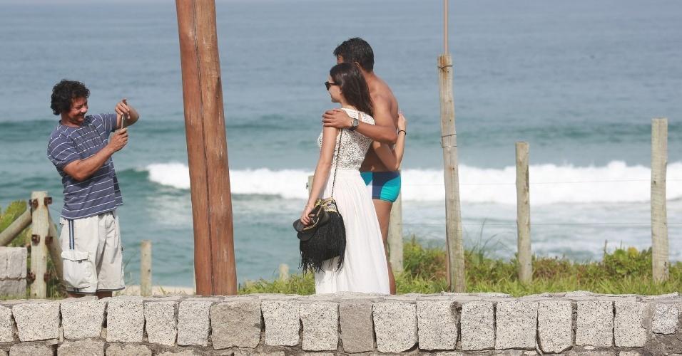 26.jun.2014 - Isis Valverde é tietada e tira foto com fãs ao deixar a praia da Reserva, no Rio de Janeiro