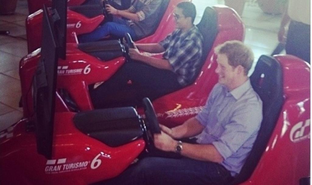 26.jun.2014 - Príncipe Harry se diverte ao jogar Game Gran Turismo durante visita ao Instituto Ayrton Senna, em São Paulo.