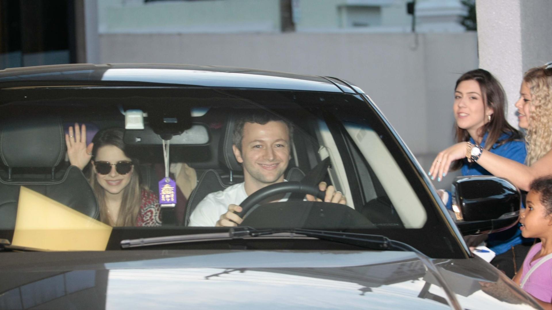 26.jun.2014 - Sandy deixou a maternidade Vera Cruz em Campinas, em São Paulo. A cantora deu à luz seu primeiro filho, Theo