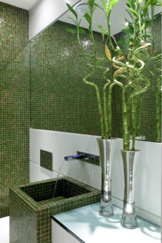 O arquiteto Leo Shehtman imprimiu certa tropicalidade ao lavabo ao recobrir a parede e a cuba com pastilhas verdes. Para suavizar o ambiente, o projeto combinou o com matiz escuro com o branco e o metais