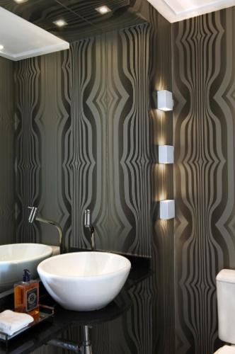 Em tons de cinza e preto, o papel de parede oferece certo ar