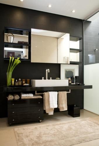 Neste banheiro, Ana Rita Sousa e Silva, da A.R. Arquitetura e Design, aplicou o preto para realçar as linhas retas da cuba e dos nichos embutidos no painel.