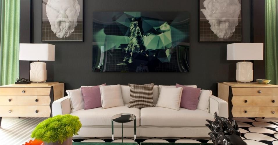 O arquiteto Toninho Noronha recobriu as paredes de seu espaço na Casa Cor São Paulo com papel texturizado na cor grafite. A cor escura que destacou os móveis, acessórios, quadros e até a cortina, mais claros e/ou vibrantes. No piso, um tapete com desenho gráfico compõe-se em preto e branco e arremata o ambiente