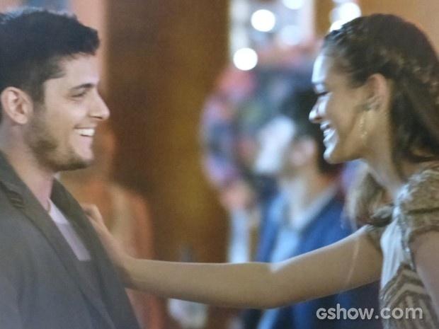 Luiza puxa André para dançar