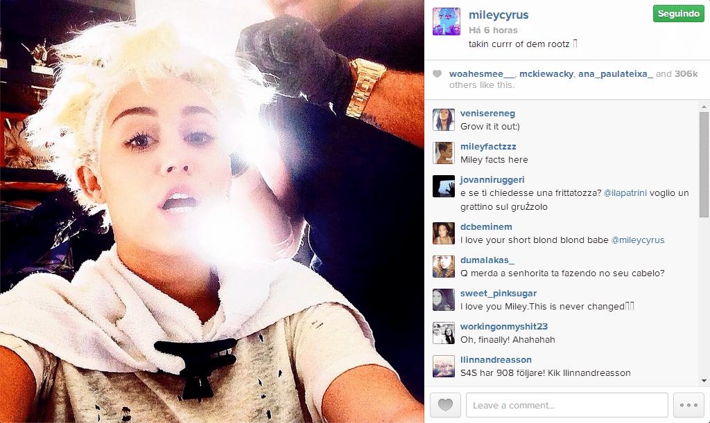 27.jun.2014 - Miley Cyrus compartilhou no Instagram o momento em que estava retocando a coloração loira de seu cabelo.