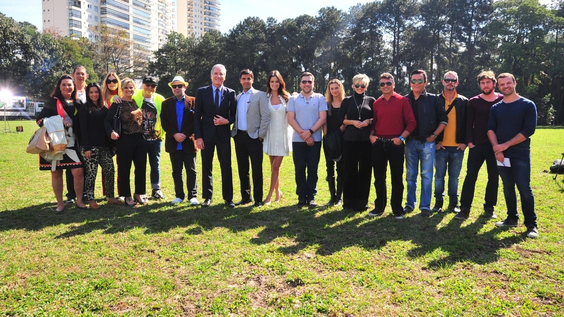 27.jun.2014 - Roberto Justus, Cacá Rosset, Renato Santos e os 15 integrantes de