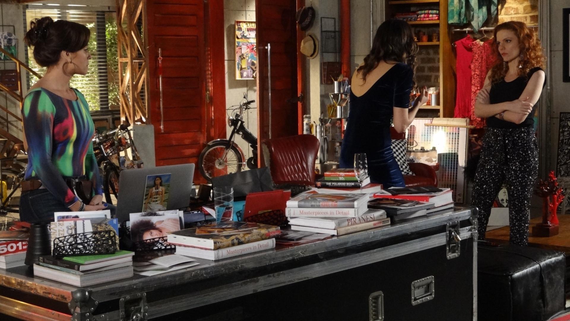 27.jun.2014 - Vanessa quase estraga o momento no qual Marina pede Clara em casamento, ao presenteá-la com uma aliança