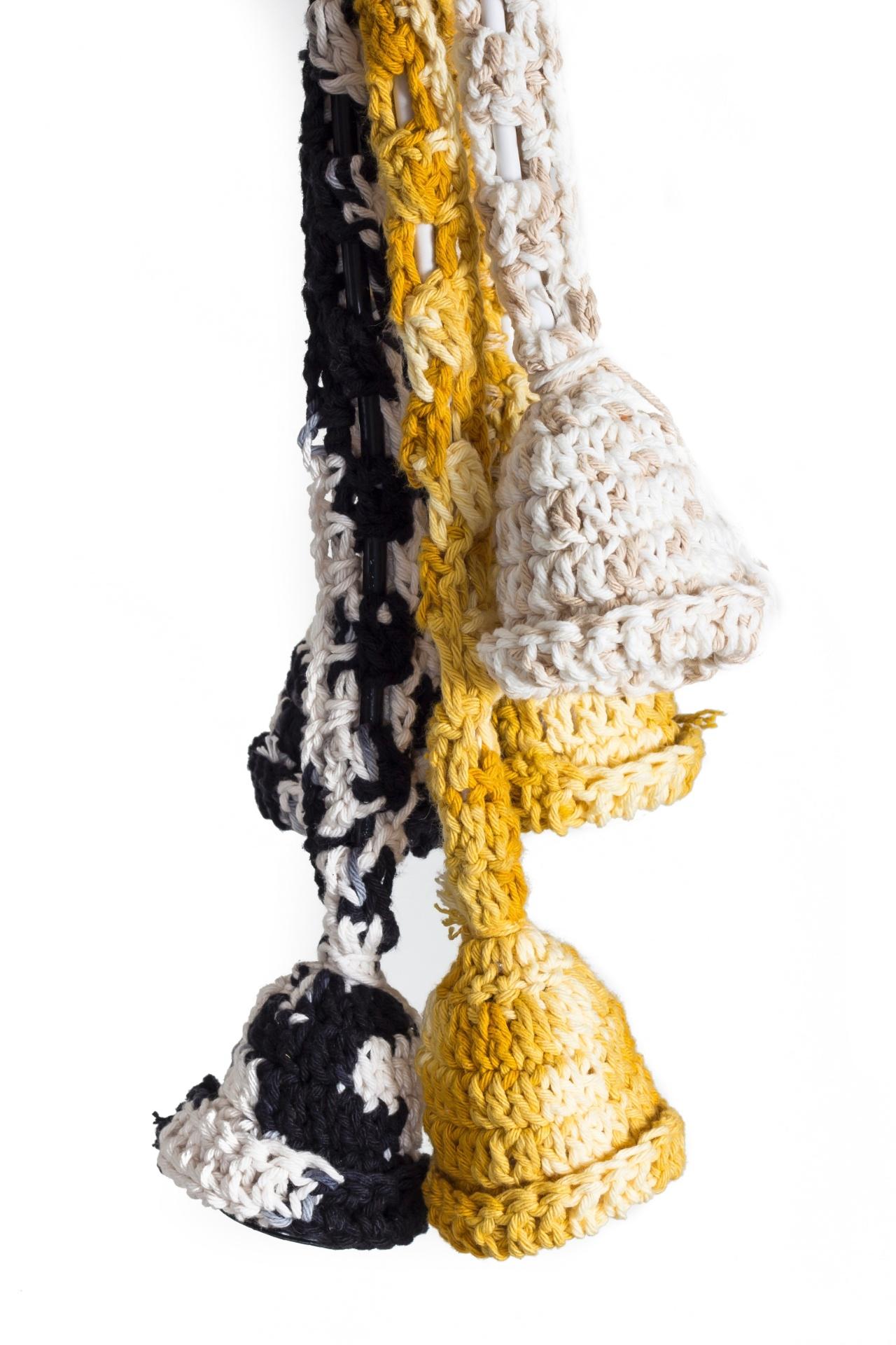A designer Andrea Brackman, da marca Iluminadas (www.iluminadas.com.br), assina as luminárias da coleção Barroco, feitas de cordões de crochê