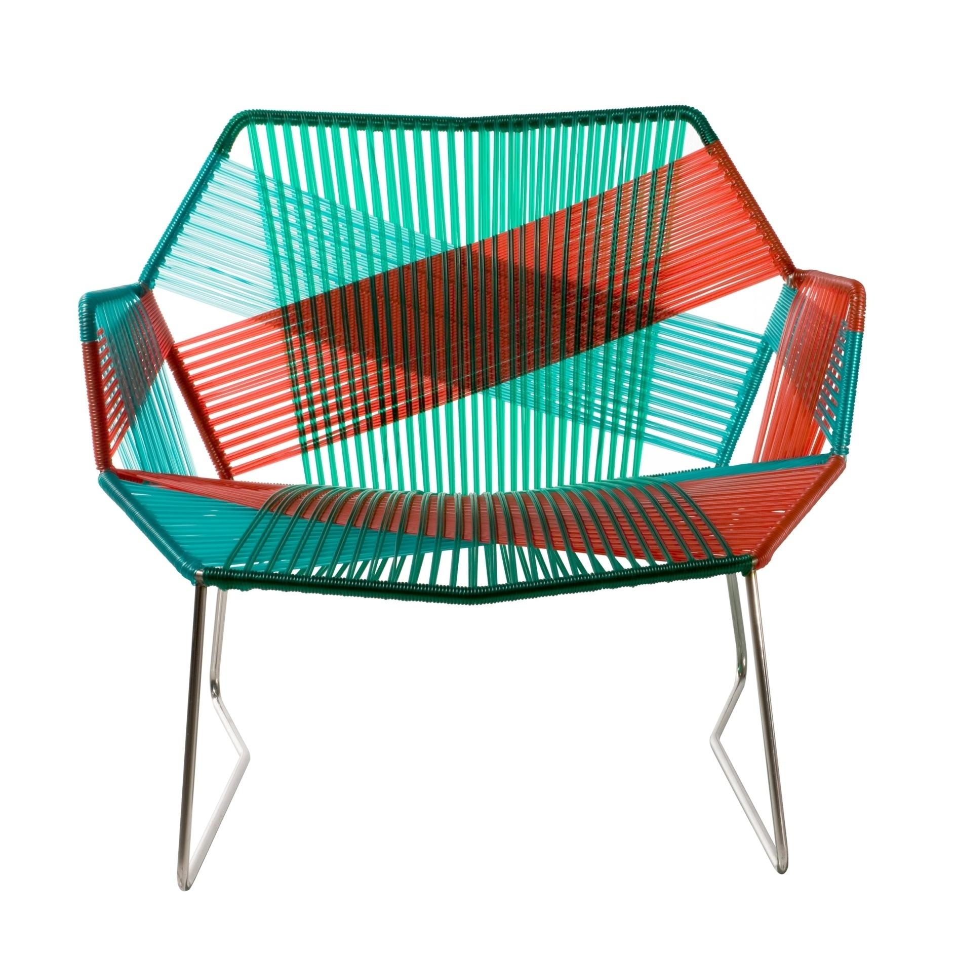 A designer espanhola Patricia Urquiola projetou a cadeira Tropicália, com base em aço inox e revestimento em fios  entrelaçados, feitos de plástico reciclável. A peça pode ser comprada no LZ Studio (www.lzstudio.com.br) e mede 94 cm por 87 cm por 78 cm