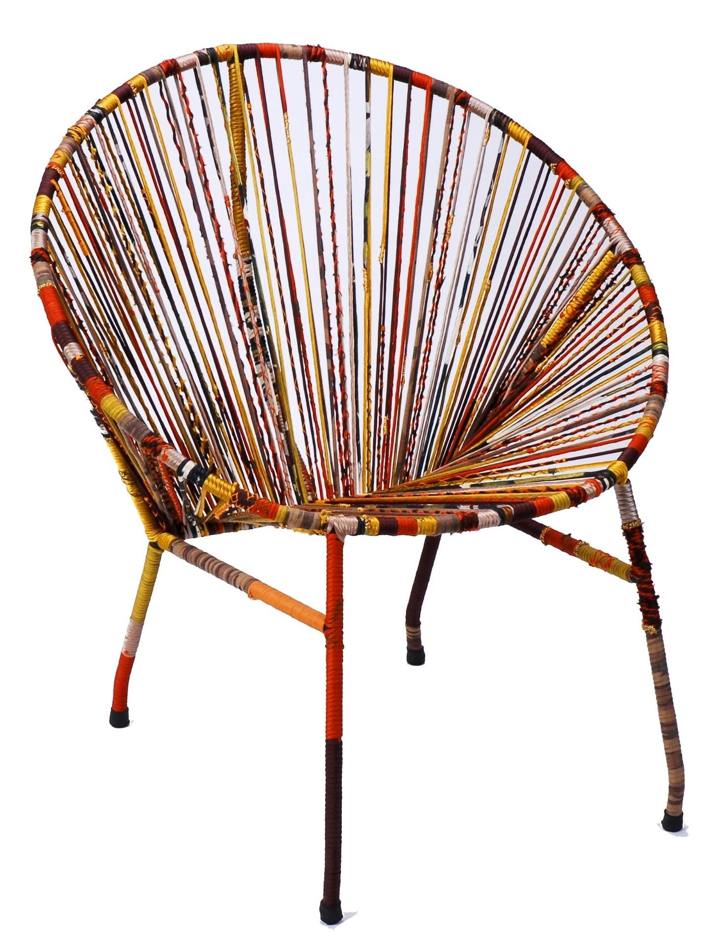 A poltrona em ferro garimpada pela estilista Mary Figueiredo ganhou novo visual com fios de tecidos reciclados do ateliê de costura. A peça é comercializada na Novo Ambiente (www.novoambiente.com.br)