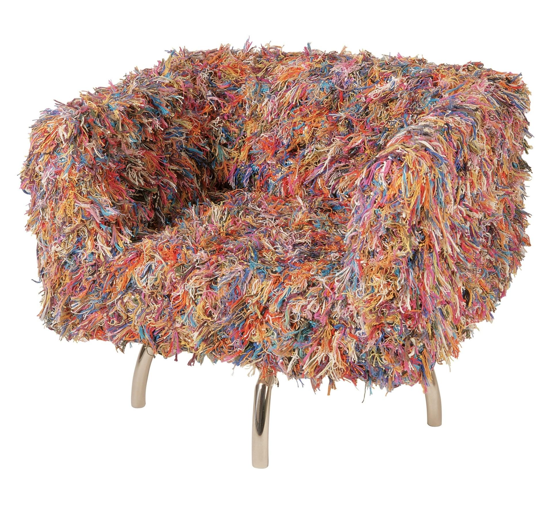 Assinada pelo designer Marcus Ferreira, a poltrona Giramundo é revestida por uma capa feita de fios de tricô. Com pés em aço inox e estrutura de cedro, a peça (78 cm por 68 cm por 80 cm) pode ser comprada na Decameron (www.decamerondesign.com.br)