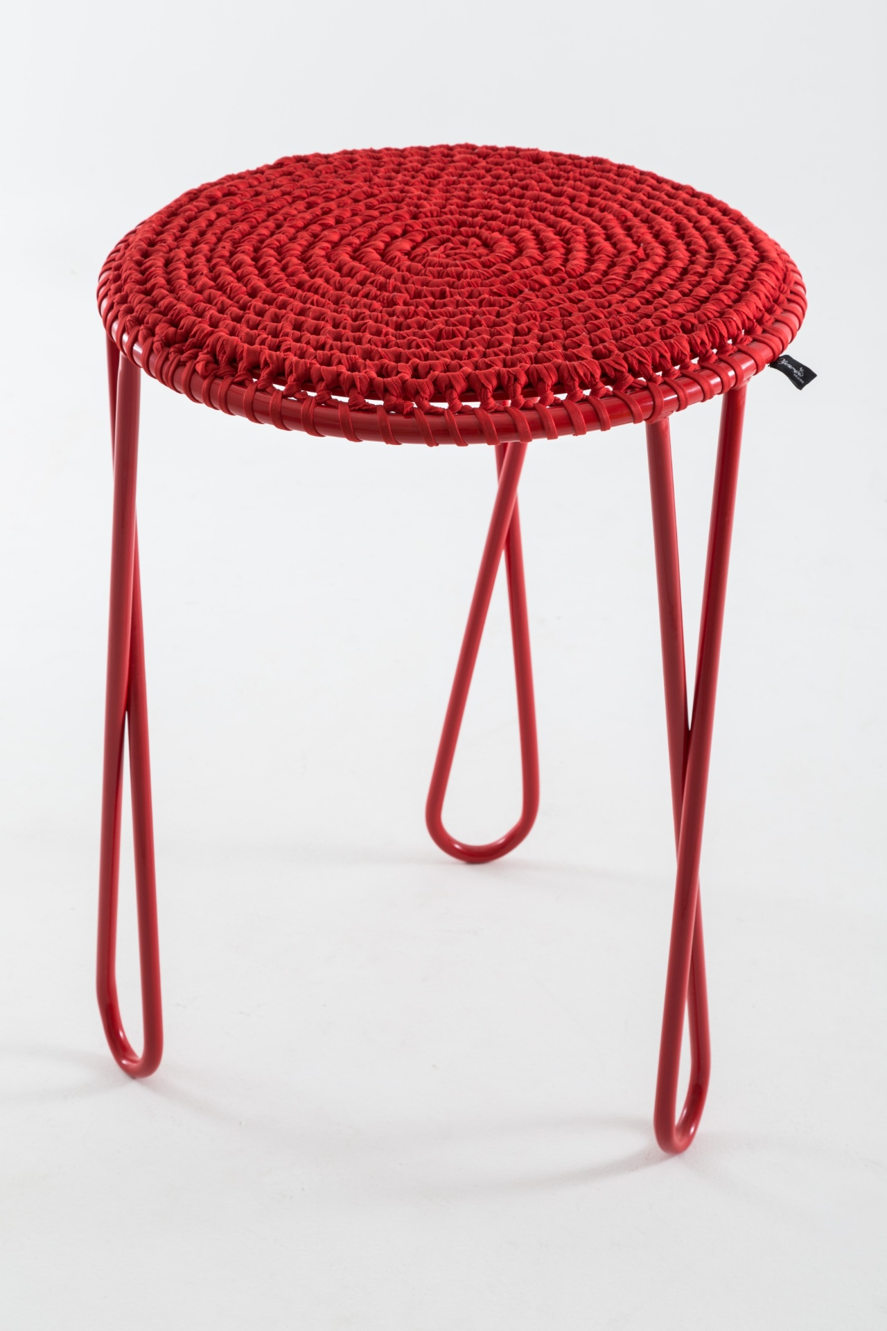 Com design de Nicole Tomazi Verdi e Diane Johann, a mesa lateral Vó Marieta possui base em aço pintado e tampo em madeira, revestido por uma cobertura em crochê feita de resíduos de tecidos. A peça (50 cm por 70 cm) é vendida na Oferenda Objetos (www.oferenda.net)