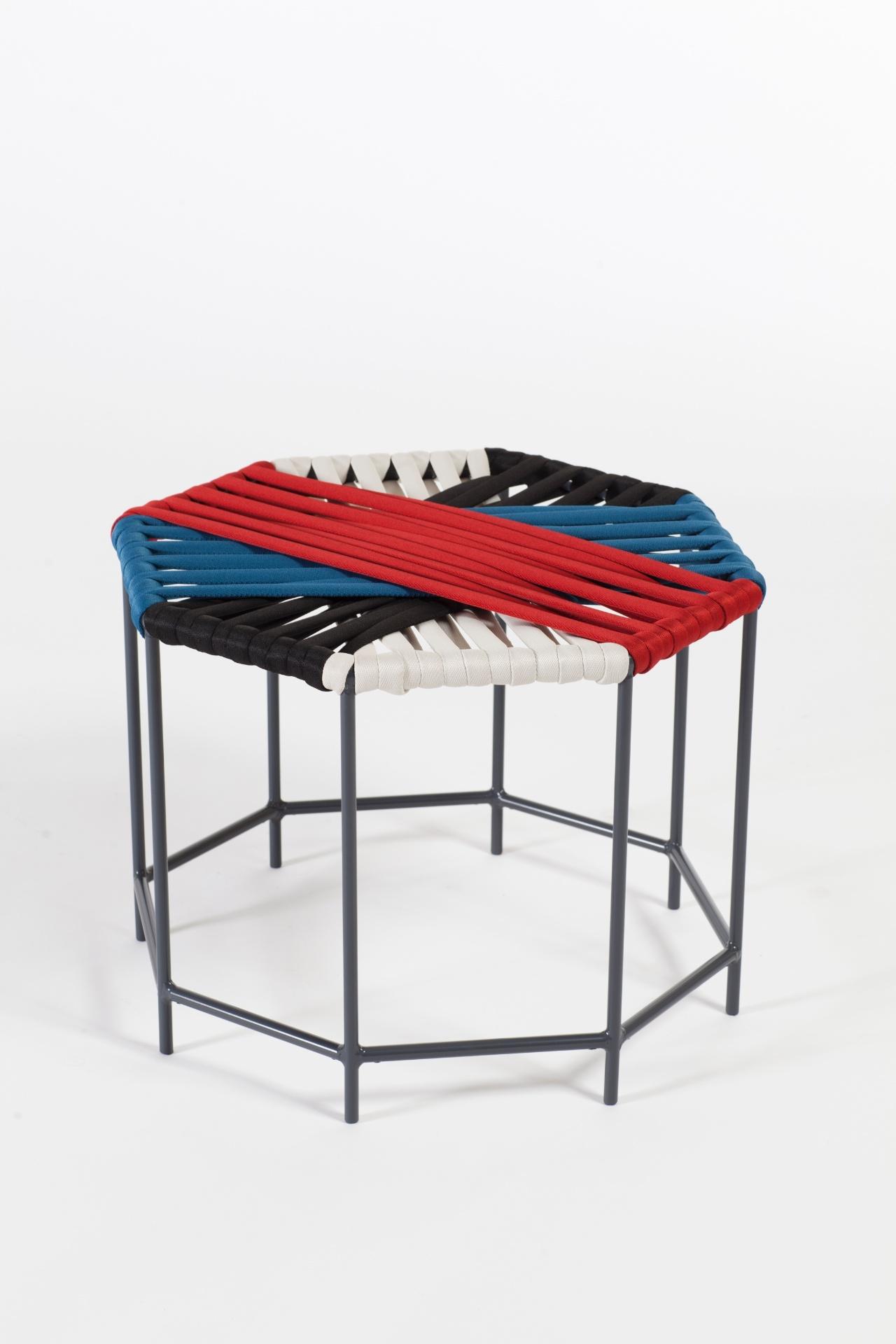 Com tramas compostas por cordas náuticas, a banqueta B089 tem base tubular em alumínio pintado. O móvel é vendido na Estar Móveis (www.estarmoveis.com.br) e mede 53 cm por 53 cm por 38 cm